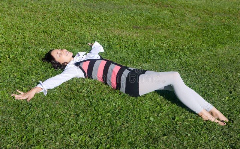 Descanso em uma grama verde fotografia de stock