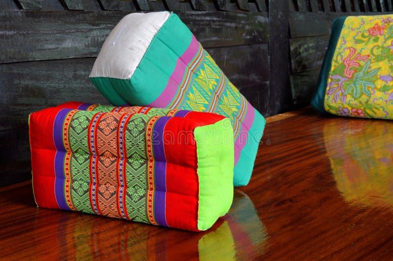 Descanso feito a mão tailandês do algodão decorado na tabela imagens de stock royalty free