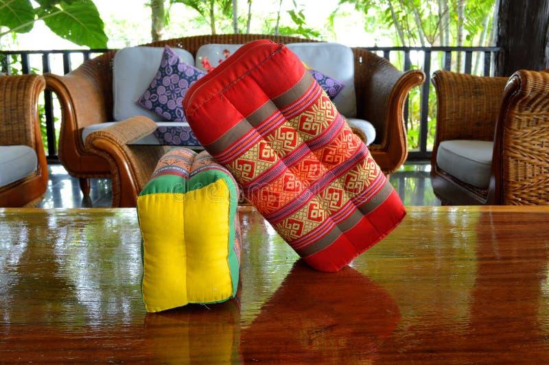 Descanso feito a mão tailandês do algodão decorado na tabela imagem de stock