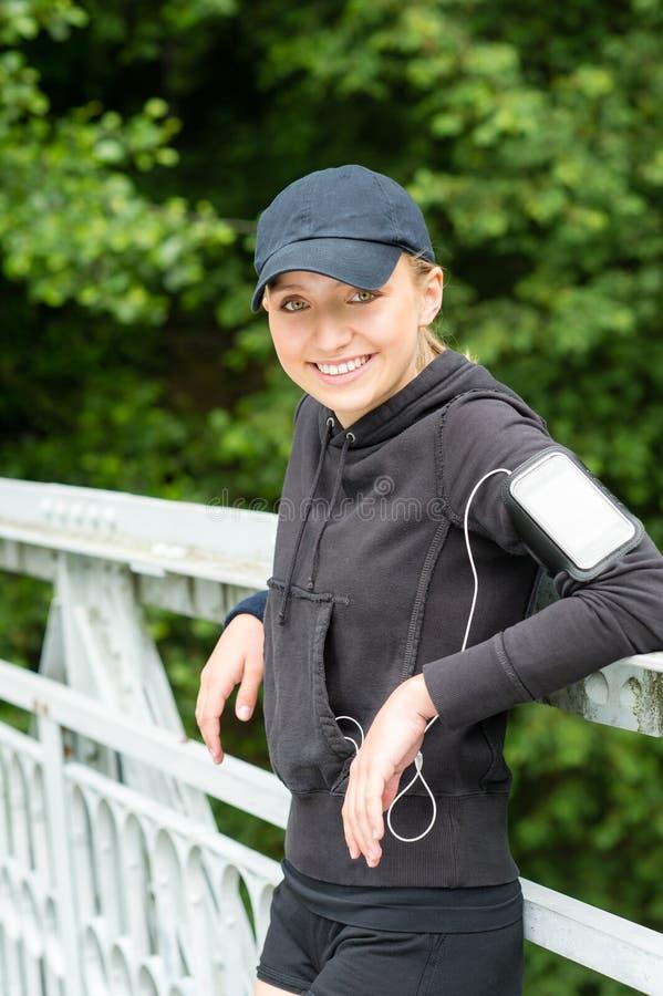 Descanso feliz da mulher nova após o esporte do exercício fotos de stock royalty free