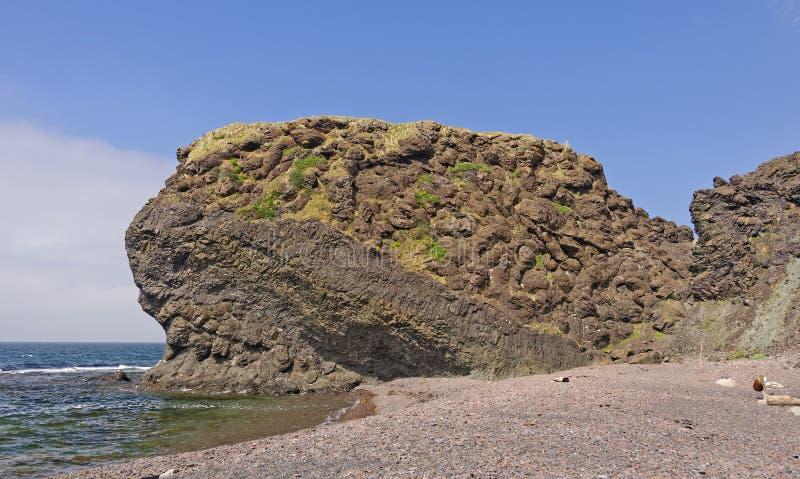 Descanso Lava Formation em uma costa remota do oceano imagem de stock