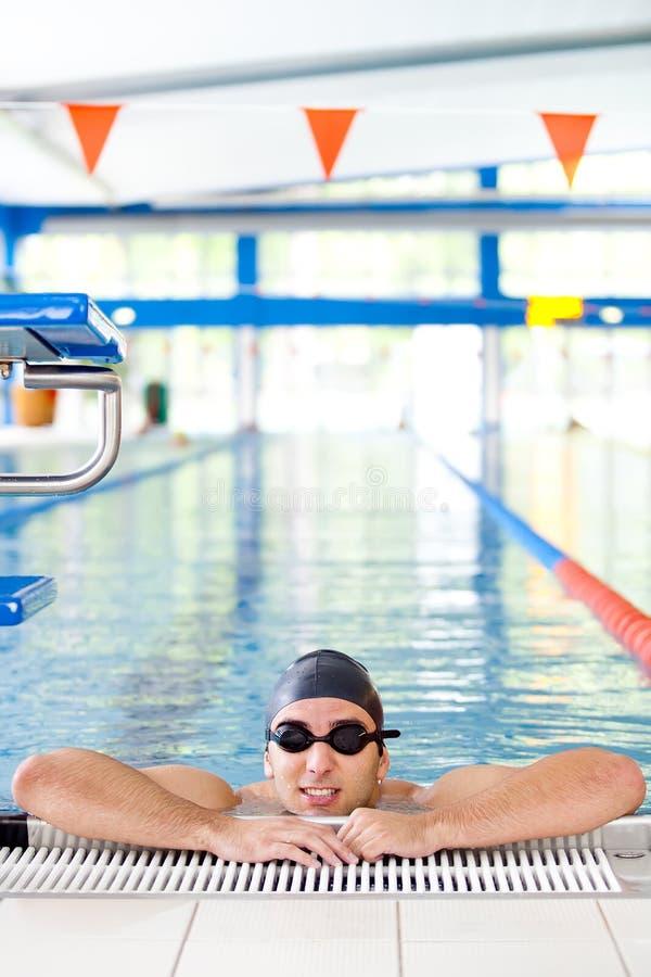 Descanso masculino do nadador imagens de stock