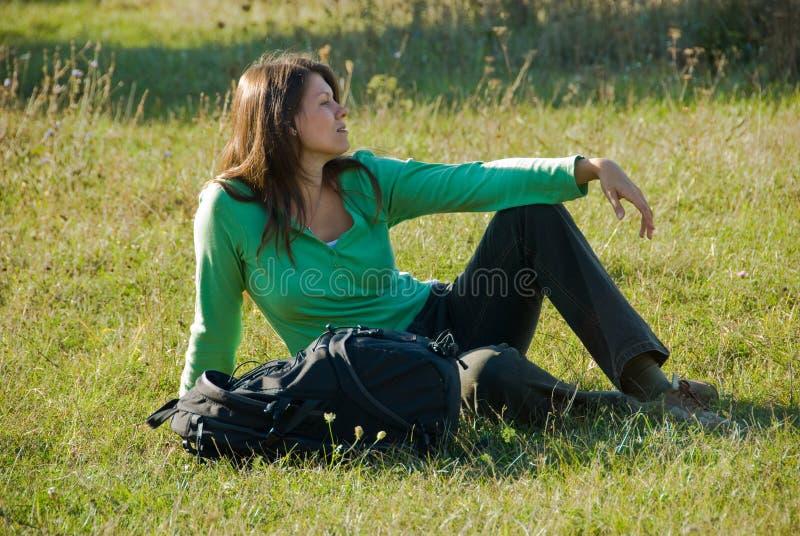 Descanso na grama imagem de stock