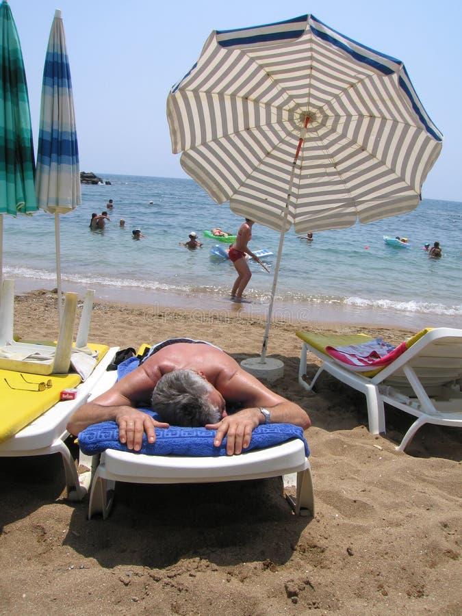 Descanso na praia do mar imagens de stock