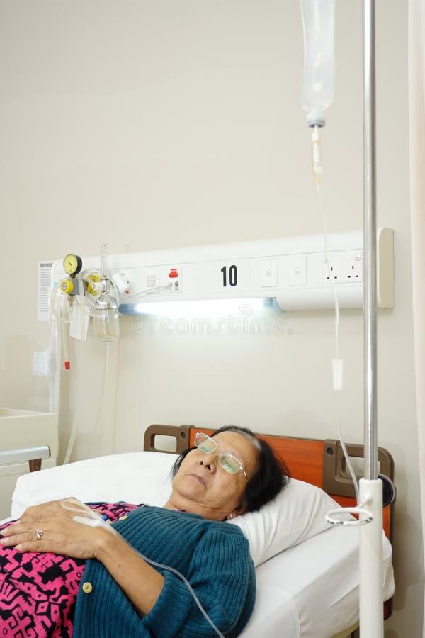 Descanso paciente idoso no hospital fotografia de stock