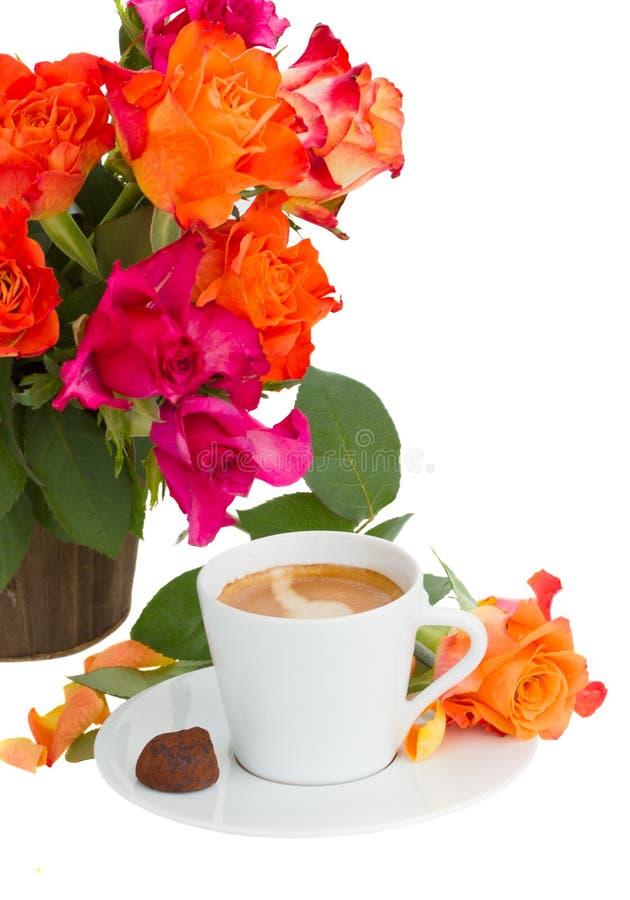 Taza de café con las rosas foto de archivo