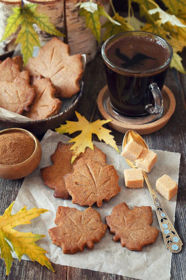 Descanso para tomar café del otoño: galletas del canela y taza de café imágenes de archivo libres de regalías