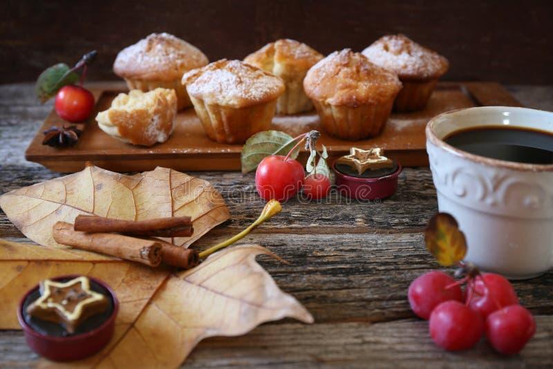 Descanso para tomar café del otoño: molletes de la manzana del canela fotos de archivo