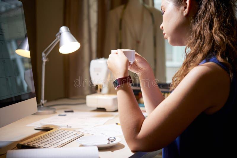 Descanso para tomar caf? durante d?a del trabajo imagen de archivo