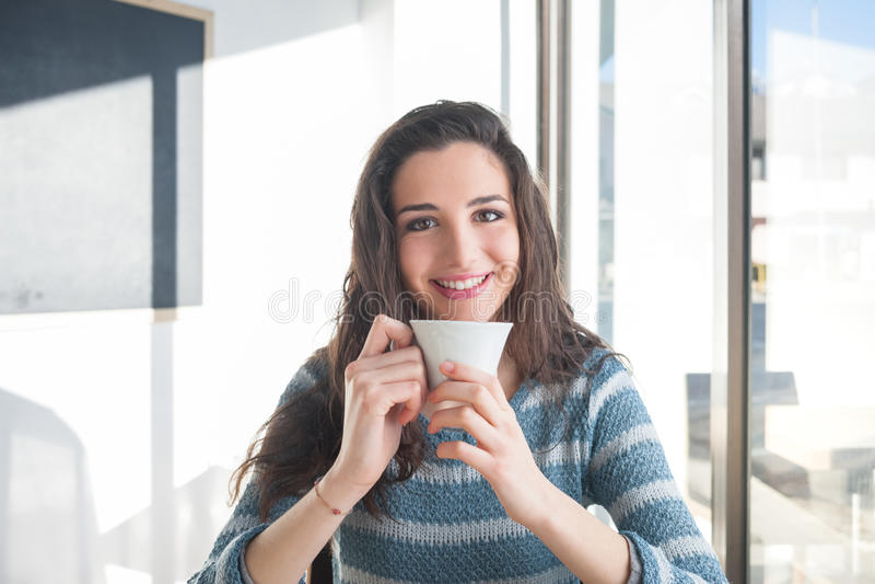 Descanso para tomar café en el café imagenes de archivo