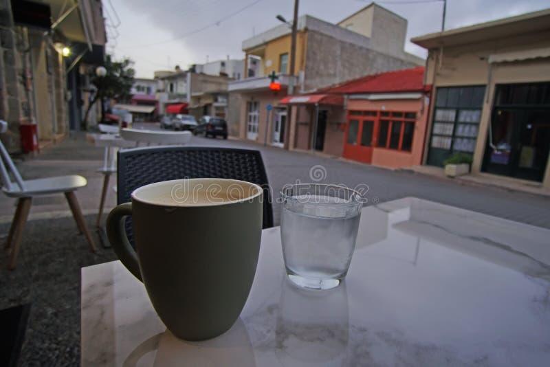 Descanso para tomar café en el pueblo de Zaros en Creta imágenes de archivo libres de regalías