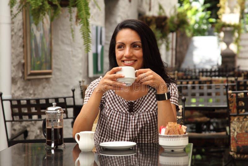Descanso para tomar café para la mujer mediterránea joven feliz fotografía de archivo libre de regalías