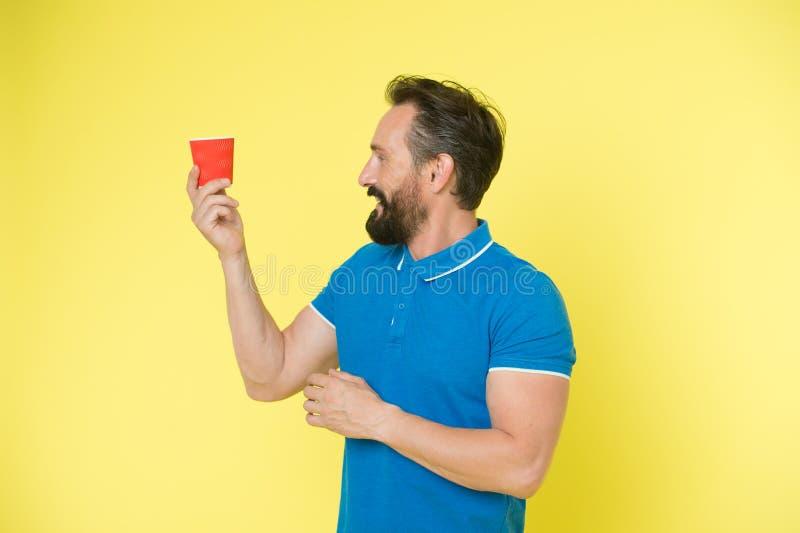 Descanso para tomar café relajante Bébalo en camino El hombre barbudo prefiere café para llevarse Forma de vida y reciclaje de Ec foto de archivo libre de regalías