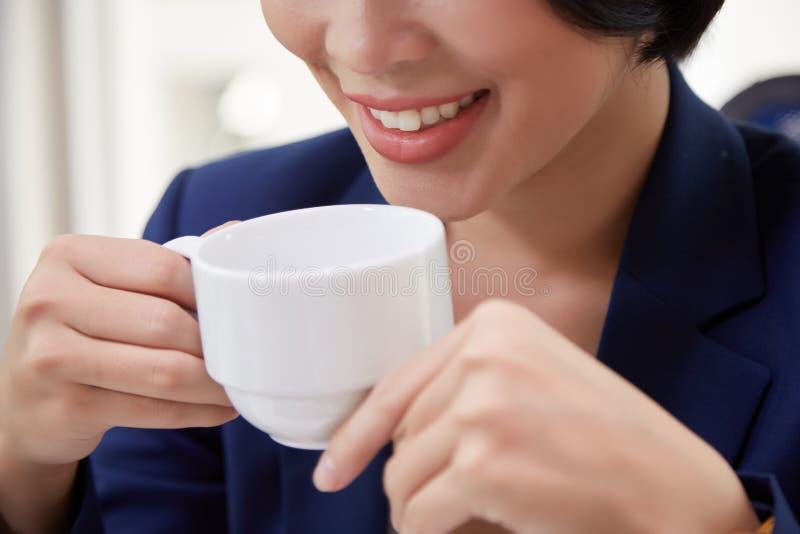 Descanso para tomar caf? en la oficina foto de archivo