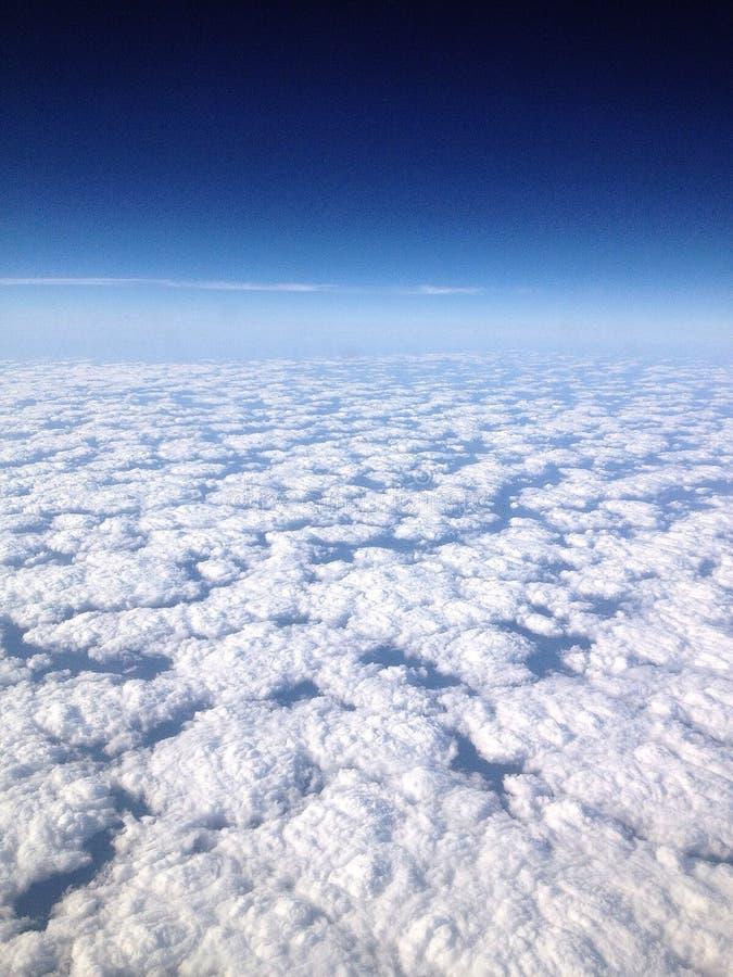 Descansos brancos das nuvens fotografia de stock