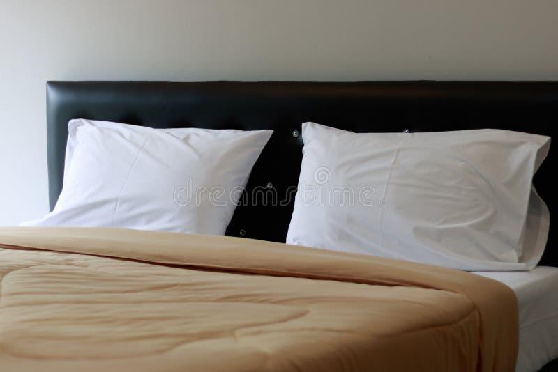Descansos brancos em um delicado confortável da cama imagem de stock
