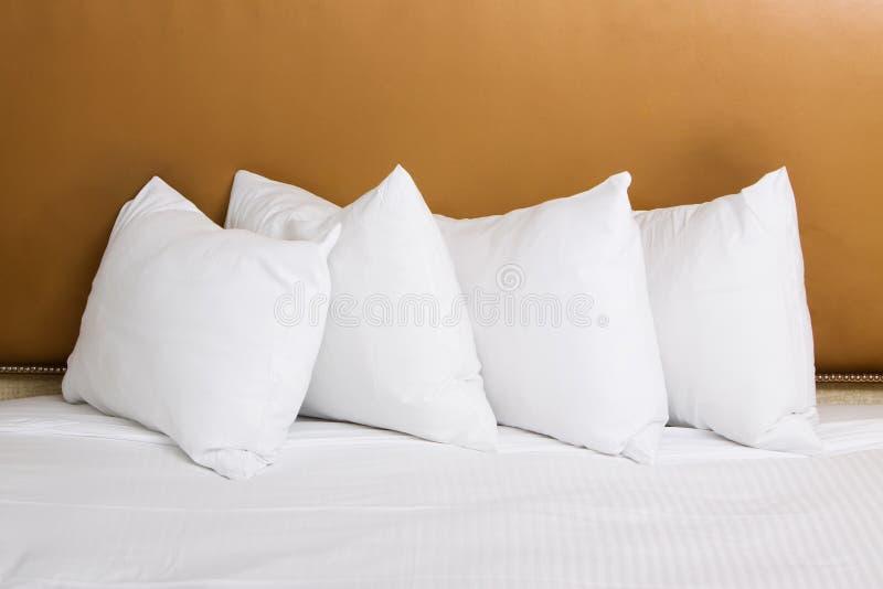 Descansos brancos na cama imagens de stock royalty free