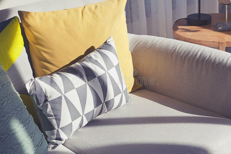 Descansos coloridos em um sof? cinzento foto de stock royalty free