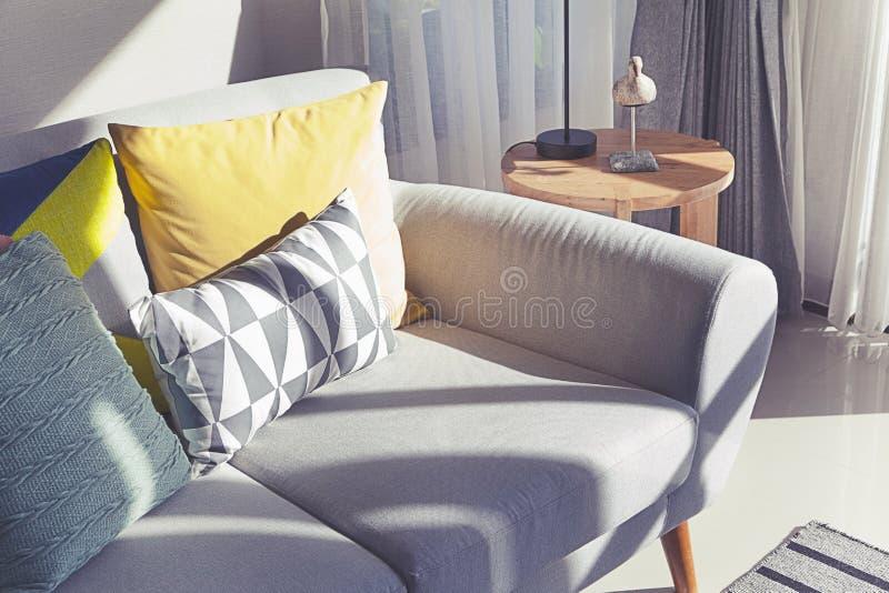 Descansos coloridos em um sof? cinzento imagens de stock