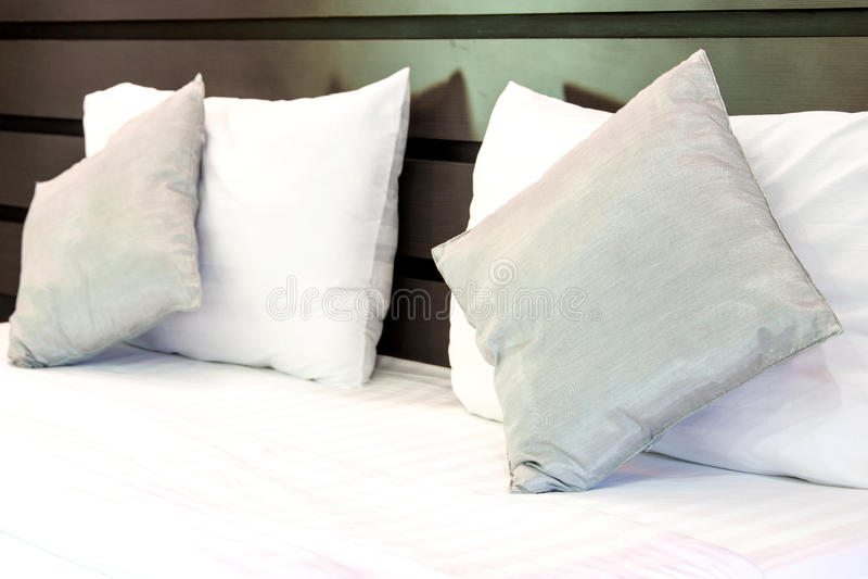 Descansos em descansos macios confortáveis de uma cama na cama fotos de stock
