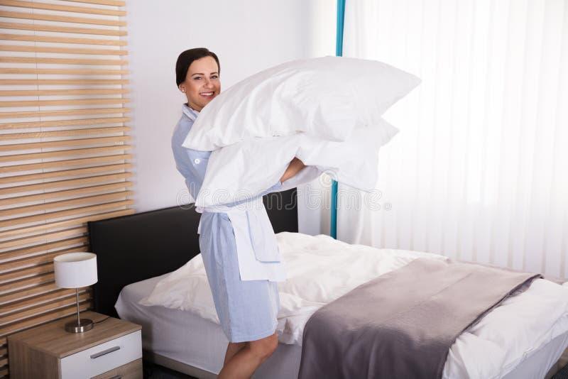 Descansos levando da empregada fêmea na sala de hotel imagem de stock