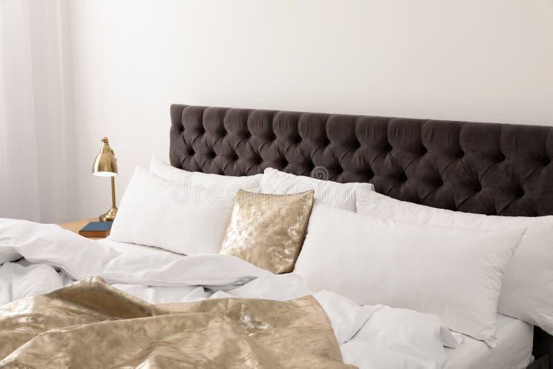 Descansos macios na cama confortável na sala Interior moderno fotos de stock royalty free