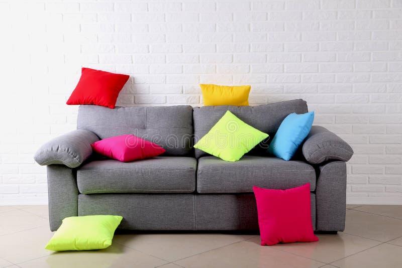 Descansos no sofá cinzento foto de stock
