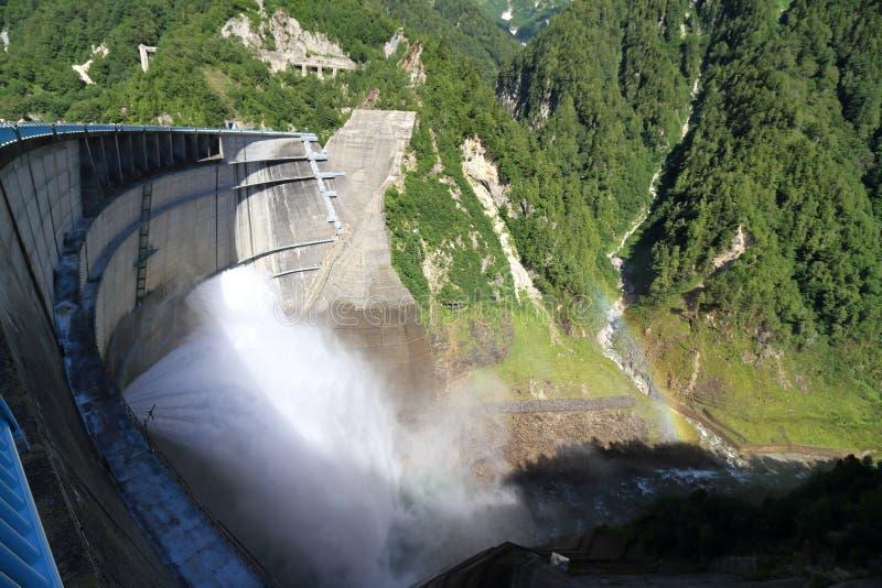 Descarga da represa de Kurobe com arco-íris imagem de stock royalty free