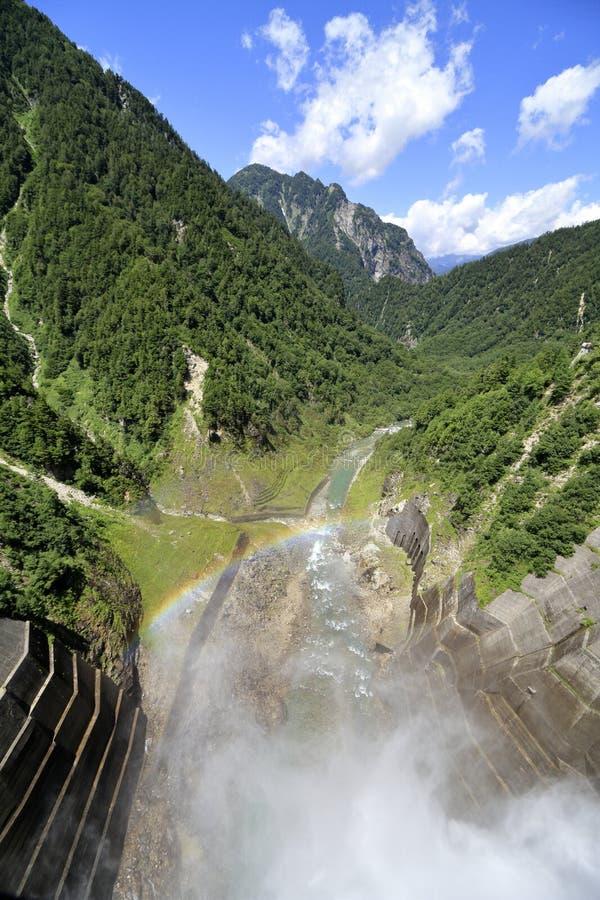 Descarga da represa de Kurobe com arco-íris imagem de stock