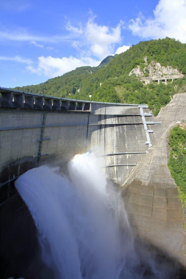 Descarga da represa de Kurobe com arco-íris foto de stock royalty free