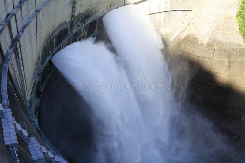 Descarga da represa de Kurobe em Toyama foto de stock