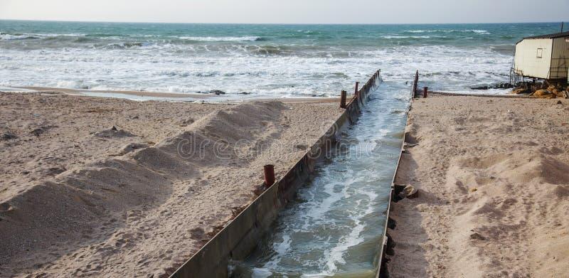 Descarga de águas residuais industriais sujas no mar Envenenamento da área de recreação pela propagação da doença, destruição da  imagens de stock
