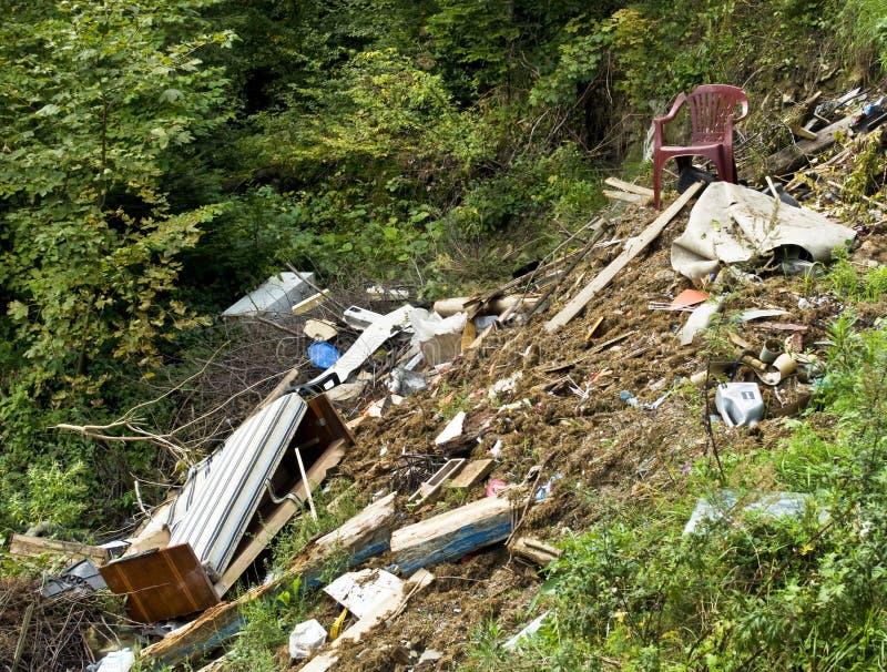 Descarga de basura - bosque contaminado imágenes de archivo libres de regalías