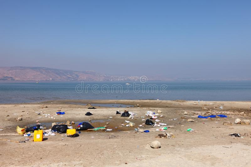 Descarga de basura en el mar de la orilla de Galilea Kinneret o paisaje del lago de agua dulce tiberias fotos de archivo