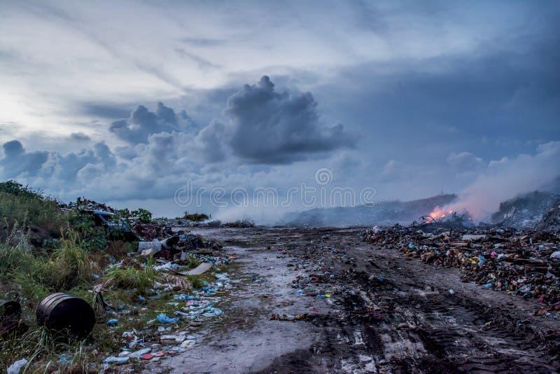 Descarga de basura por completo de la basura plástica en la isla tropical Maamigili fotos de archivo