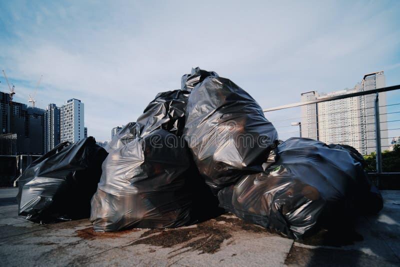 Descarga de lixo na cidade fotos de stock