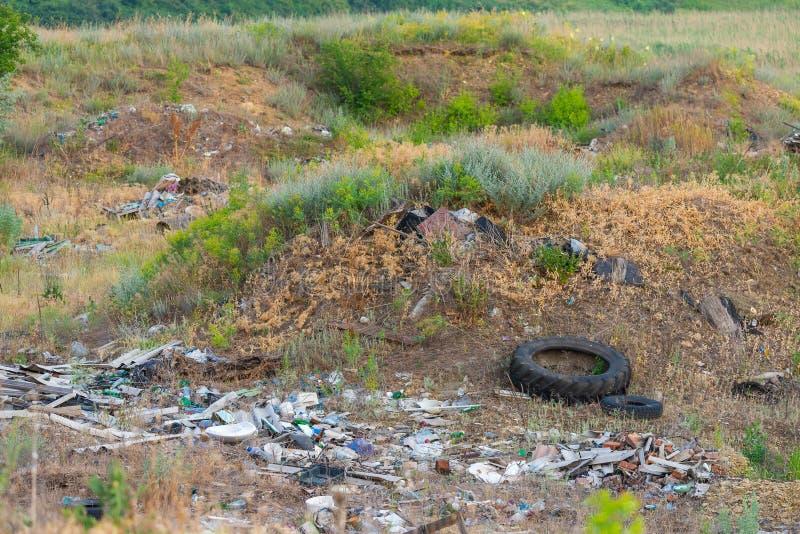 Descarga de lixo na grama perto da floresta, conceito do desastre ecológico, natureza poluir fotografia de stock