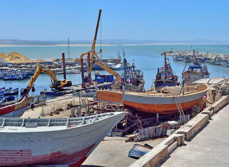 Descarga de naves en el puerto en Essaouira foto de archivo libre de regalías