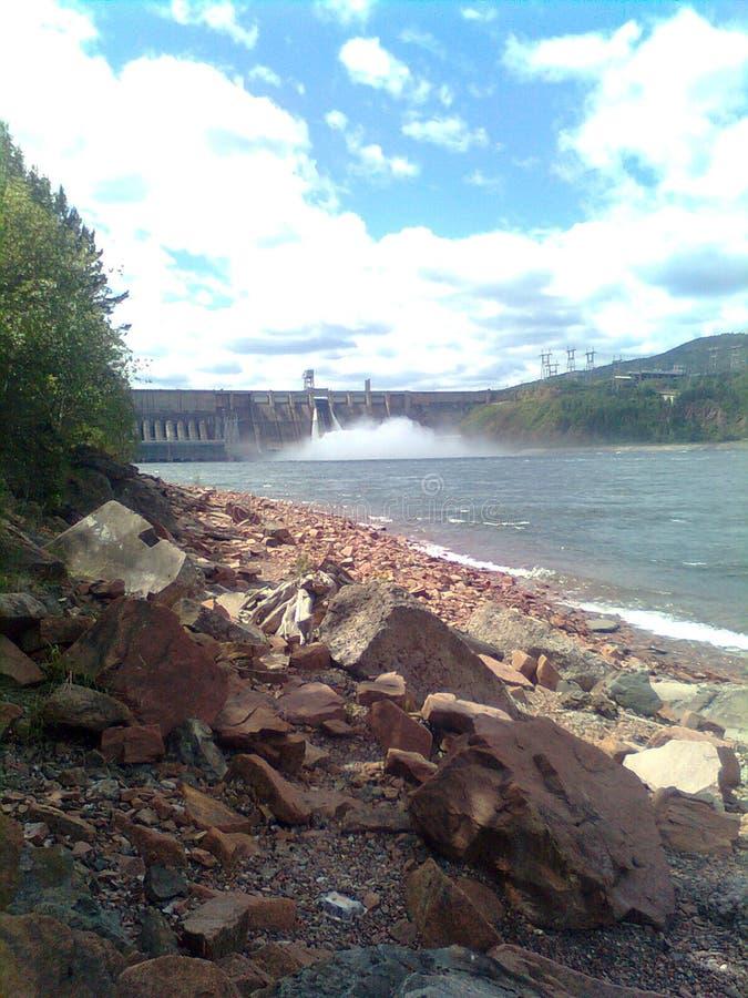 Descarga del agua en central hidroeléctrica de Krasnoyarsk, verano, Siberia foto de archivo