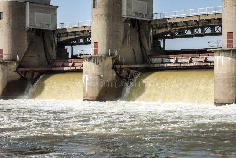 Descarga del agua en la presa imagen de archivo libre de regalías