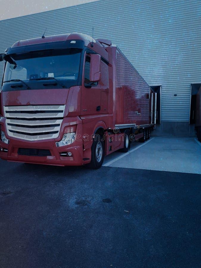 Descarga del cargamento en muelle con un camión fotos de archivo