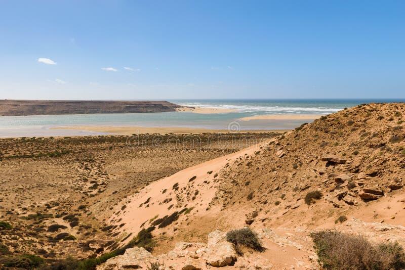 Descarga del río del río Wadi Draa, Atlántico, Marruecos imagenes de archivo