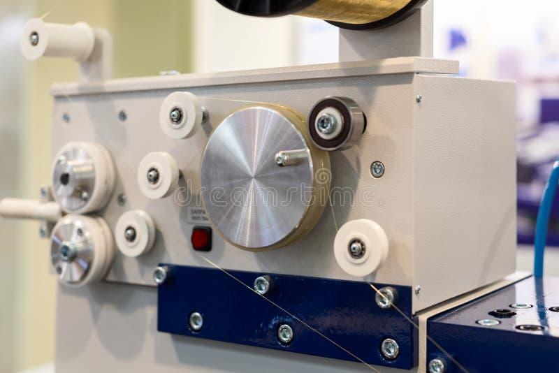 Descarga elétrica que faz à máquina o mecanismo de alimentação do fio de EDM imagens de stock