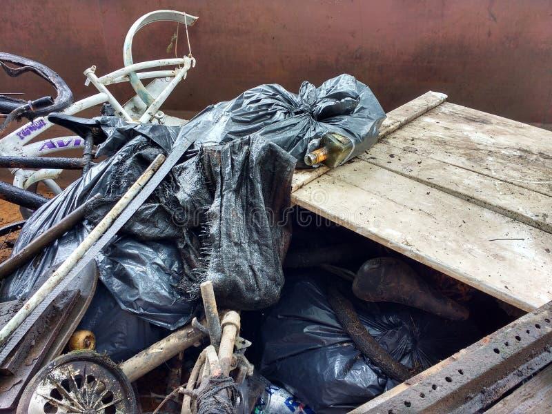 Descarga ilegal, basura en un contenedor recogido durante una limpieza del río imagenes de archivo