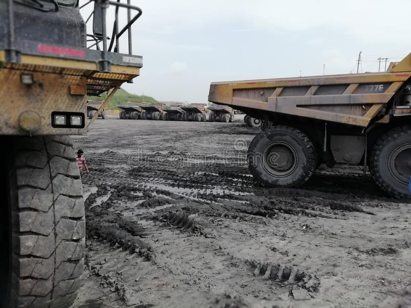 Descargadores grandes en las minas de carbón de la yarda que parquean imagen de archivo libre de regalías