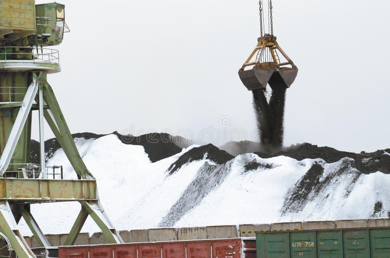 Descarregamento do carvão dos vagões railway fotos de stock