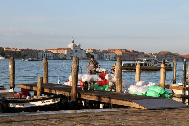 Descarregamento dos bens dos barcos no cais de Veneza no amanhecer imagem de stock royalty free