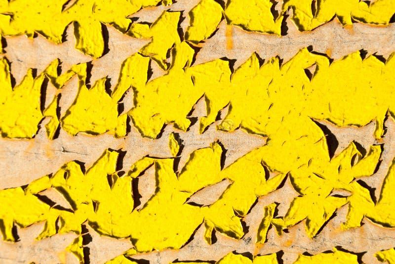 Descascando a pintura amarela foto de stock