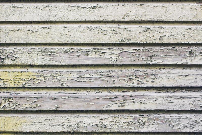Descascando a pintura branca na parede de madeira da prancha imagens de stock