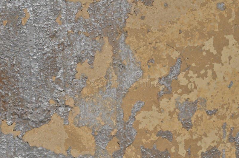 Descascando a pintura de prata dos grafittis na parede emplastrada marrom imagem de stock